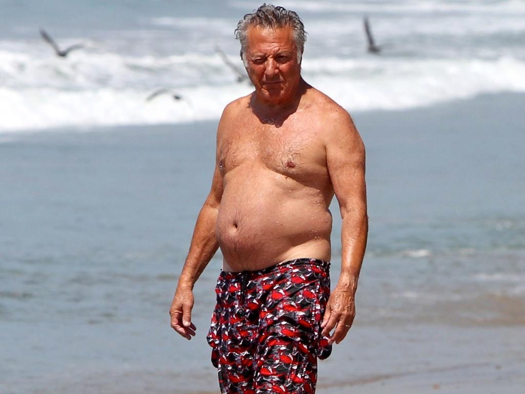 O ator Dustin Hoffman curte dia de sol na praia com a mulher, Lisa Gottsegen, e uma de suas filhas (12/8/12)