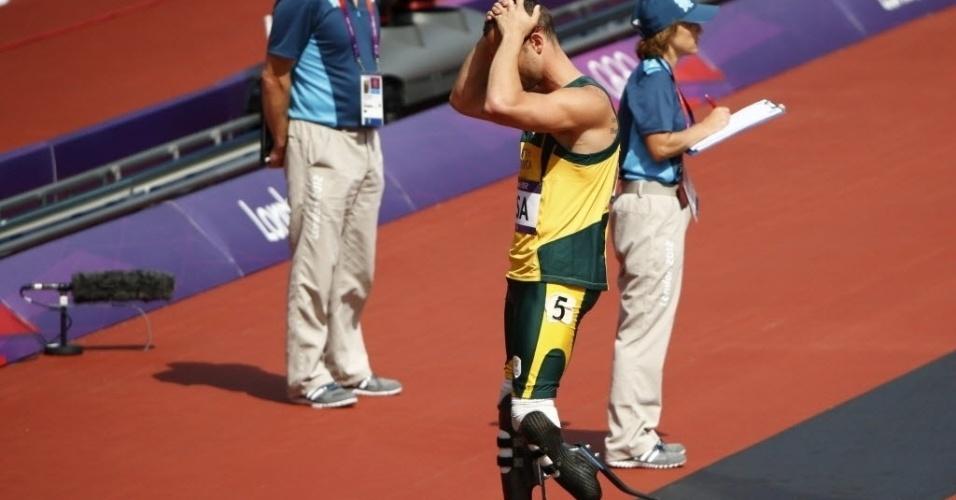 Oscar Pistorius lamenta após equipe sul-africana não conseguir terminar a prova no revezamento 4x400 m; ele foi o primeiro atleta biamputado a competir nos Jogos Olímpicos