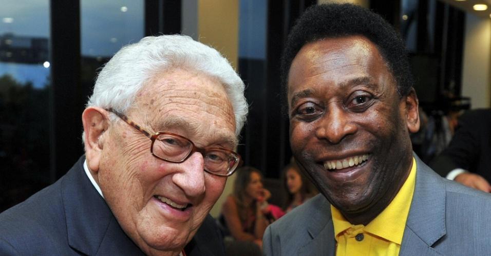 Pelé cumprimenta o ex-secretário de estado dos EUA Henry Kissinger durante a cerimônia de encerramento
