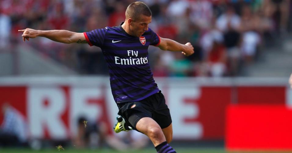 Podolski, do Arsenal, chuta ao gol em amistoso contra os alemães do Colônia