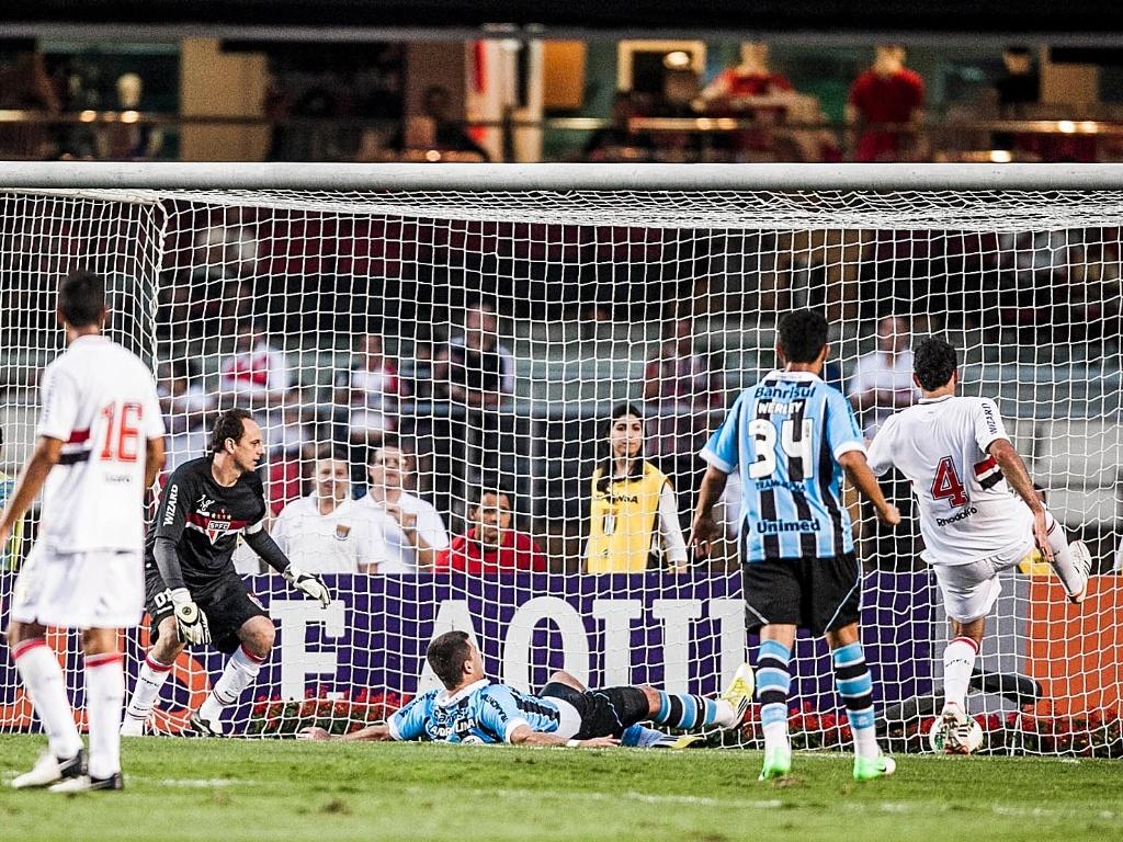 Rogério Ceni observa André Lima se jogar para marcar o segundo gol do Grêmio, que venceu o São Paulo por 2 a 1