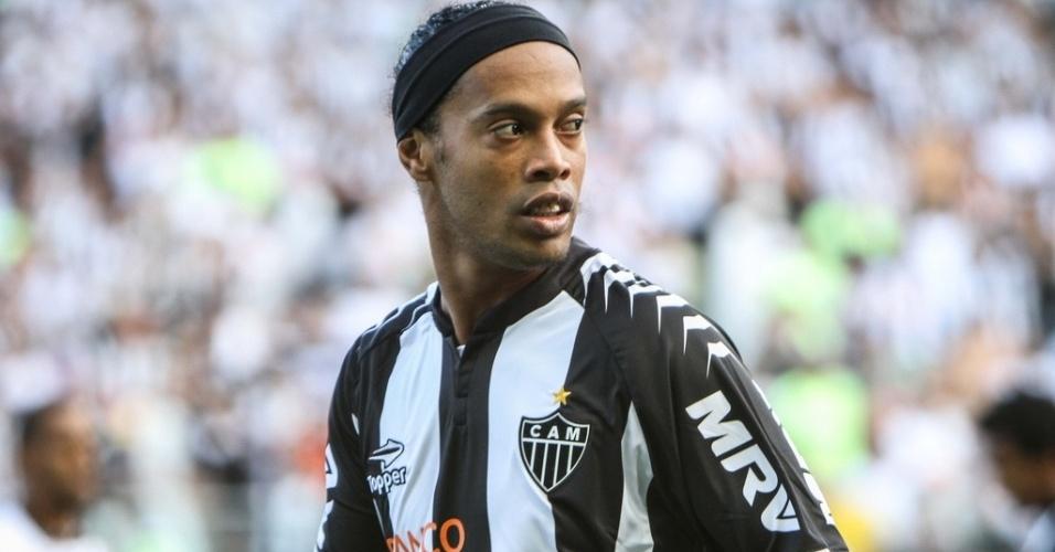 Ronaldinho Gaúcho observa atentamente o jogo na partida entre Atlético-MG e Vasco. O duelo vale a liderança do Braisleirão
