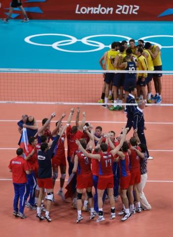 Russo comemoram medalha de ouro no vôlei, enquanto brasileiros fazem corrente após derrota na final