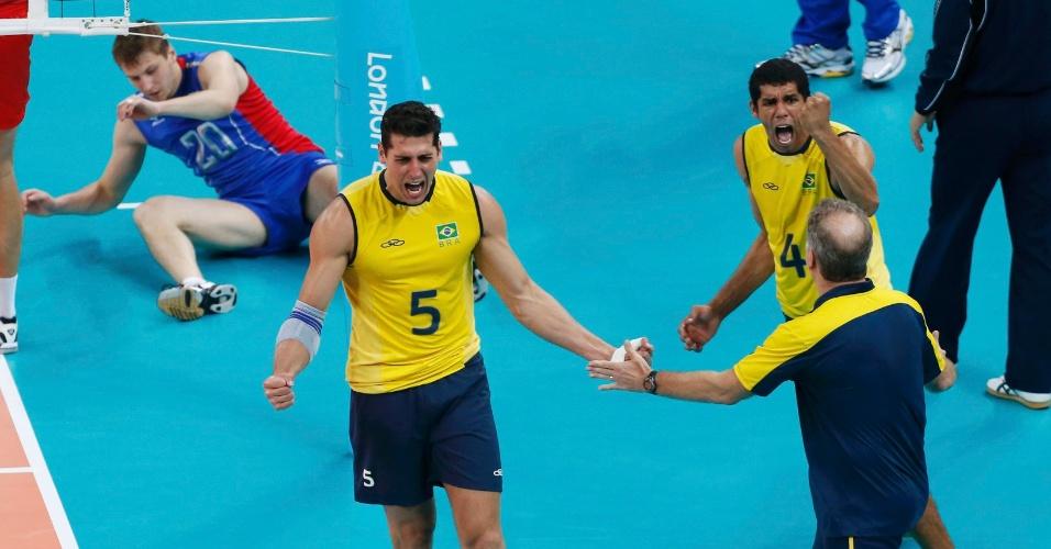 Sidão vibra com Bernardinho e Wallace em ponto do Brasil sobre a Rússia na final dos Jogos