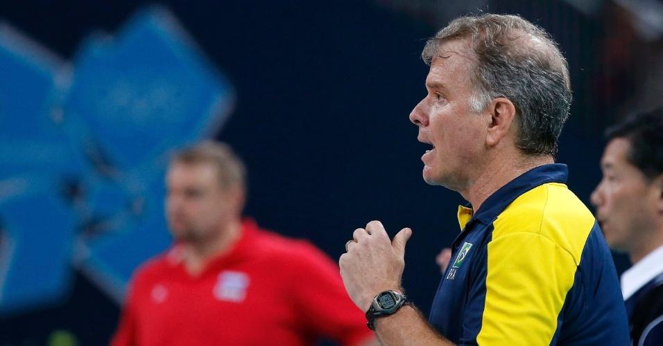Técnico Bernardinho passa instruções para time brasileiro na final do vôlei masculino
