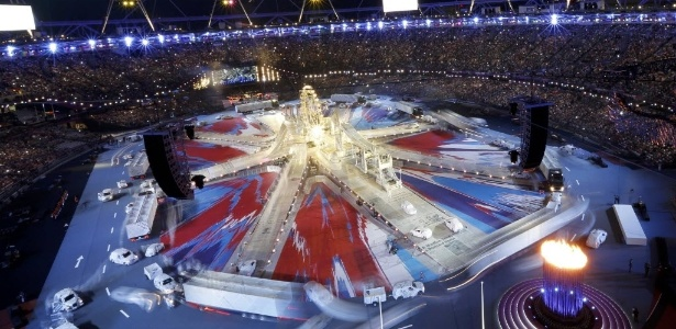 Vista aberta mostra o começo da cerimônia de encerramento da Olimpíada no Estádio Olímpico de Londres