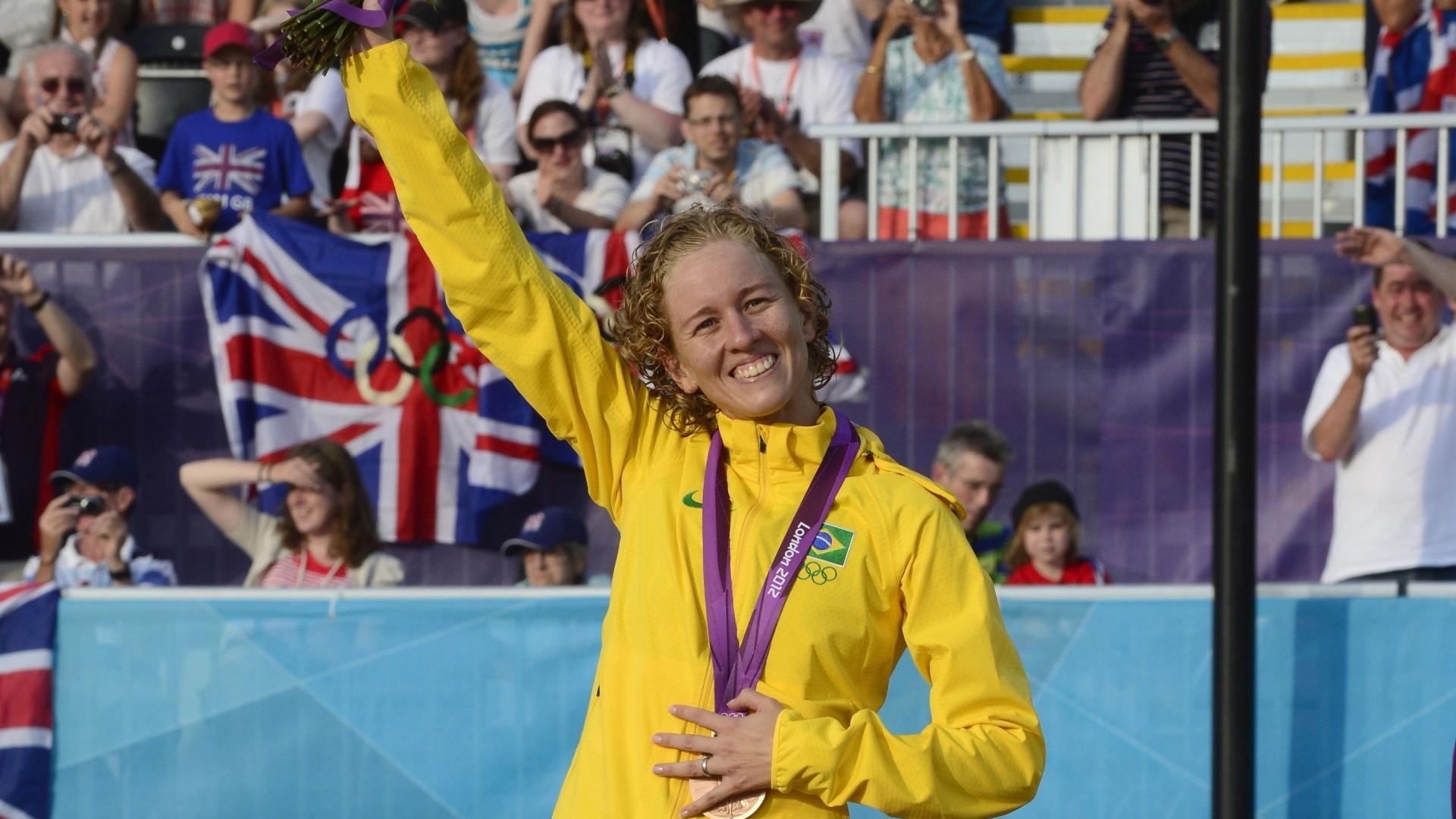 Yane Marques posa com medalha de bronze do pentatlo moderno