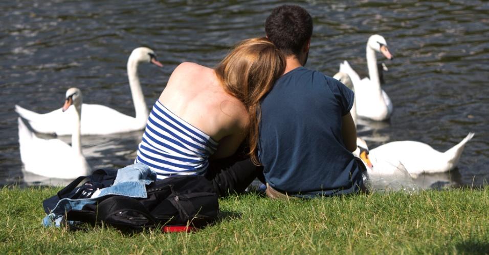 13.ago.2012 - Casal descansa à beira do canal Landwehr, em Berlim, nesta segunda-feira (13). A temperatura na capital da Alemanha atingiu 25°