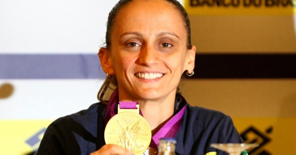A líbero Fabi exibe orgulhosa a sua segunda medalha de ouro olímpica