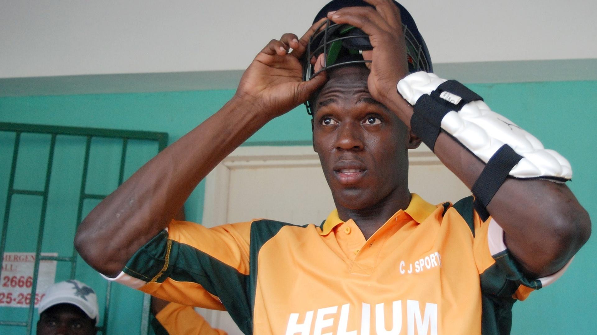 Astro do atletismo Usain Bolt se prepara para uma partida exibição de críquete na Jamaica em 2009 (13/08/2012)