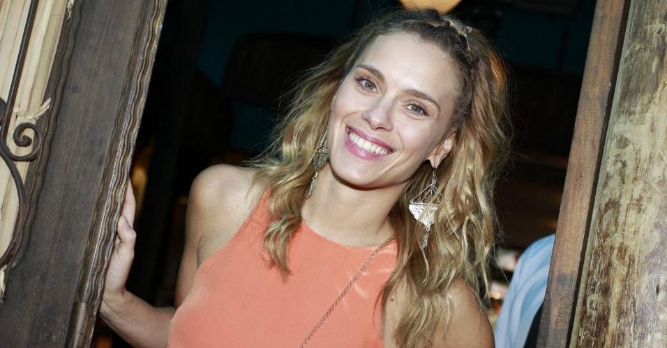 Carolina Dieckmann comemorou o aniversário de cinco anos do filho José em uma casa de festas na zona oeste do Rio (13/8/12). A atriz posou para fotos na porta do local. Carolina é mãe também de Davi