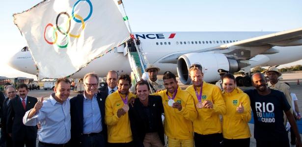 Delegação brasileira que desembarcou no Rio de Janeiro junto com a bandeira olímpica