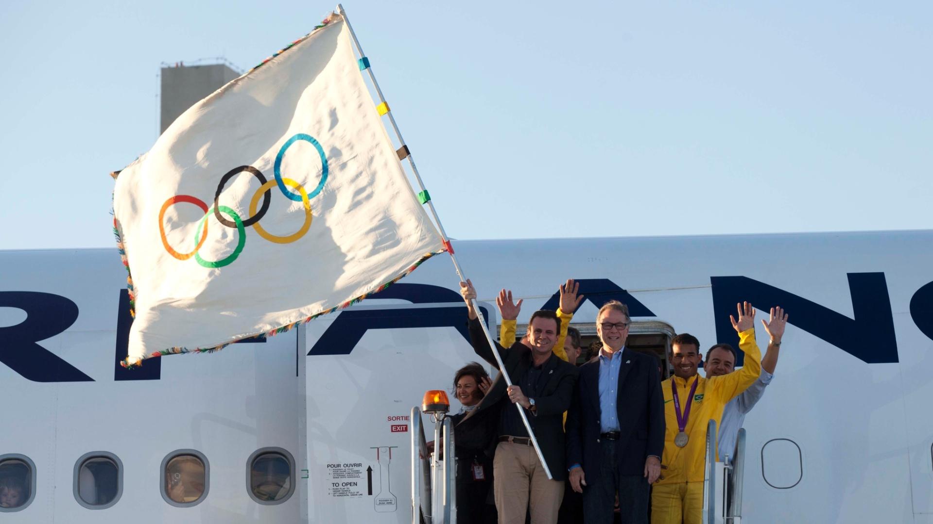 Eduardo Paes e Carlos Arthur Nuzman desembarcaram com bandeira olímpica no Rio