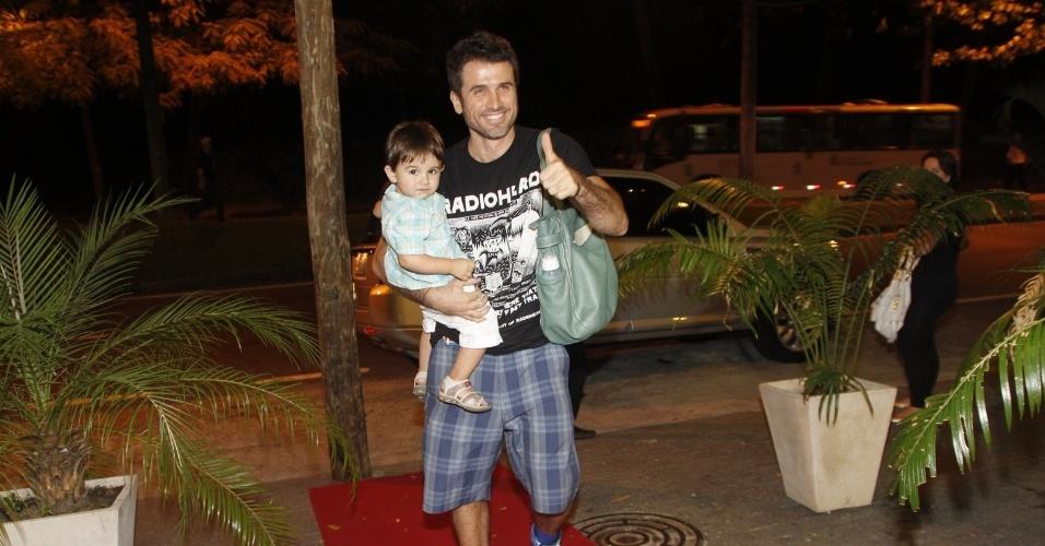 Eriberto Leão e o filho João prestigiaram a festa de cinco anos de José, filho de Carolina Dieckmann (13/8/12)