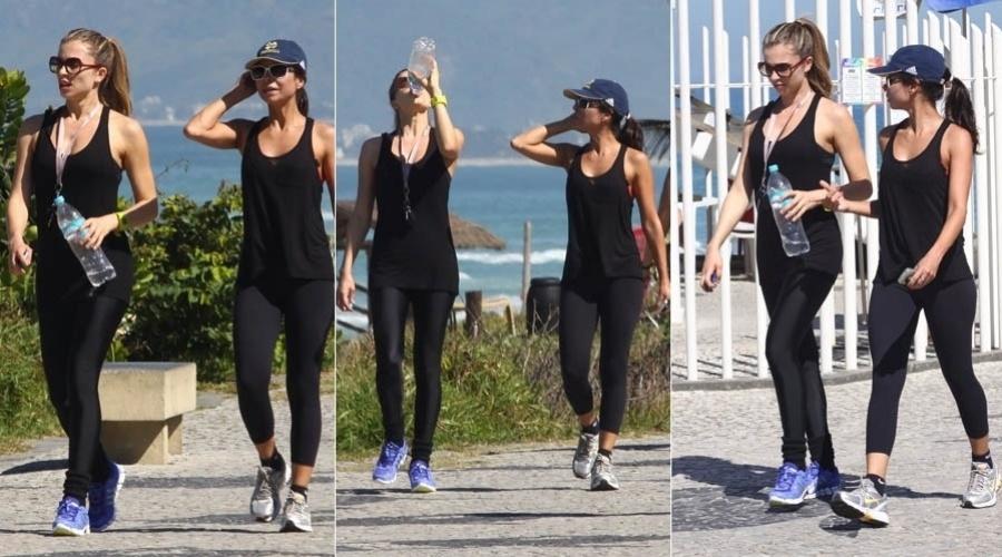 Grazi Massafera e Ana Lima caminham pela orla da Barra, na zona oeste do Rio (13/8/2012)