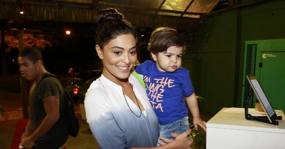 Juliana Paes e o filho, Pedro, prestigiaram a festa de cinco anos de José, filho de Carolina Dieckmann (13/8/12)