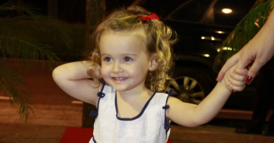 Maria Luiza, filha de Fernanda Rodrigues, posou para os fotógrafos (13/8/12)