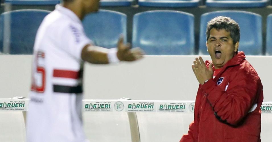 Ney Franco, técnico do São Paulo, boceja durante partida em Barueri