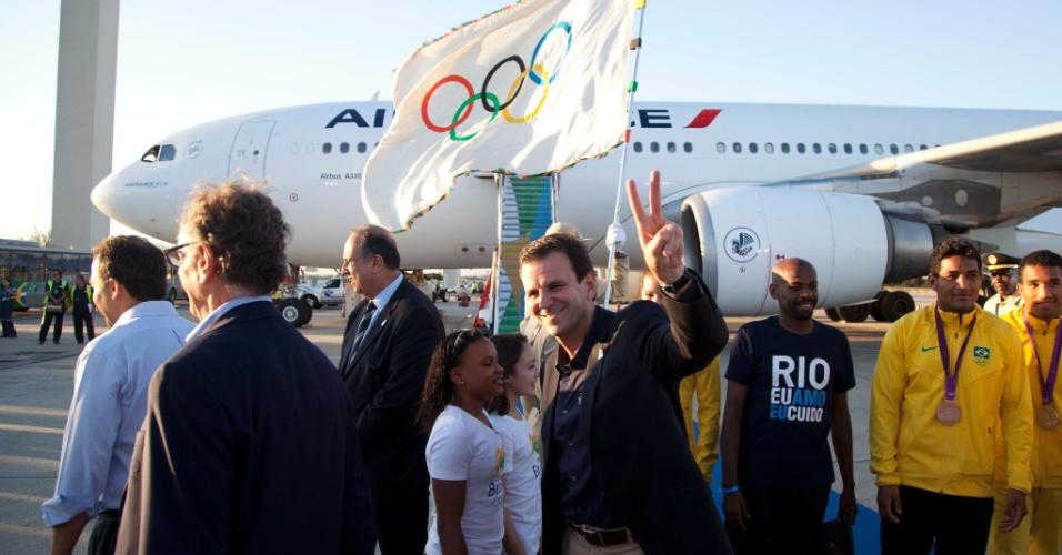 Prefeito do Rio, Eduardo Paes, acena no desembarque da bandeira olímpica no Rio de Janeiro