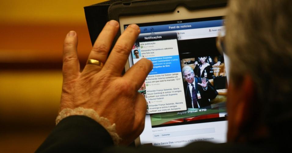 13.agosto.2012 - Advogado Ronaldo Garcia Dias, defensor de Romeu Queiroz, confere atualizações em página do Facebook durante julgamento do mensalão no Supremo Tribunal Federal