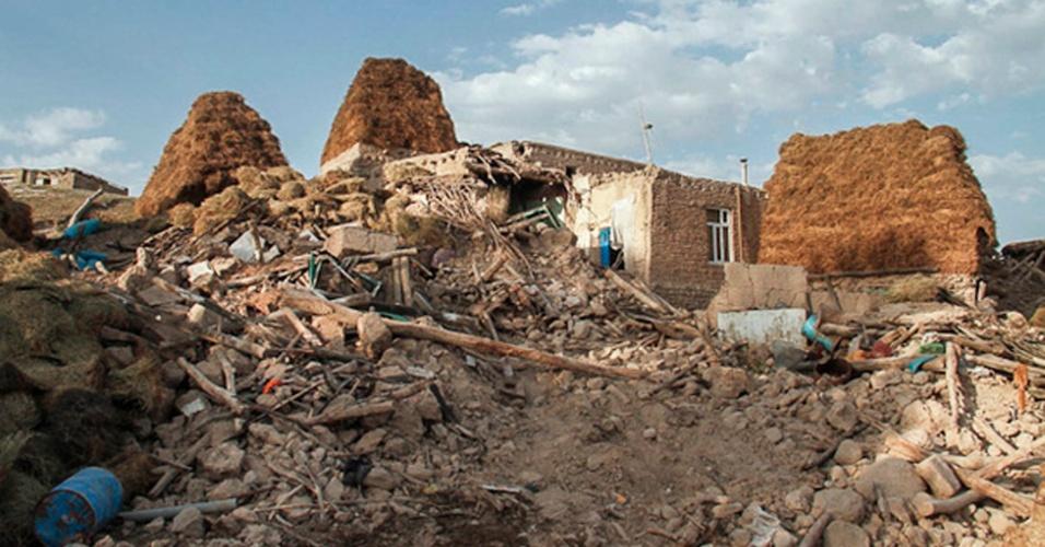 14.ago.2011 -  Casas destruídas pelo terremoto que atingiu a província de Azerbaijão Oriental, no noroeste do Irã, no sábado (11). Nesta terça-feira, equipes de resgate encontraram mais corpos embaixo dos destroços. Mais de 300 pessoas morreram, mas o número deve aumentar segundo as autoridades