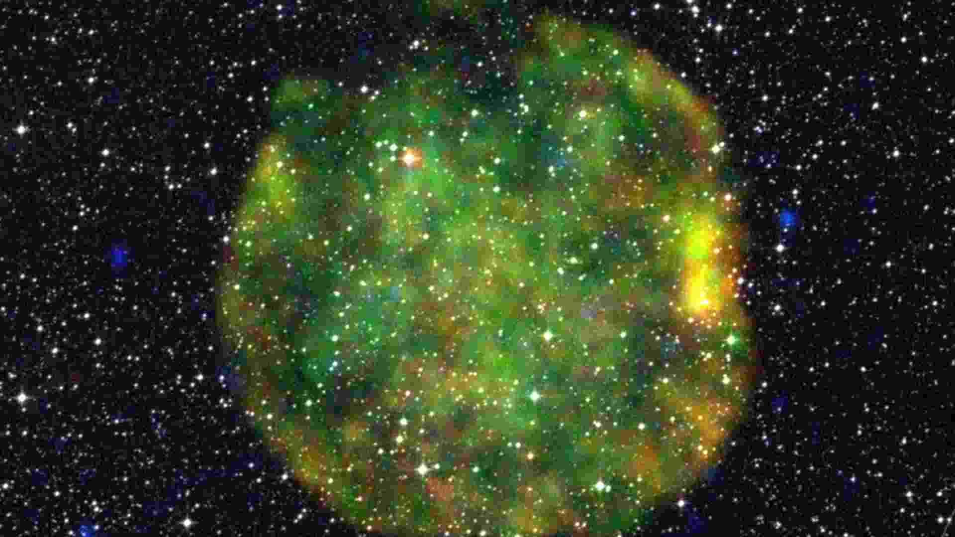 14.ago.2012 - O laboratório XMM-Newton da agência espacial europeia (ESA) registrou, com  ondas de raios X, a formação de uma supernova logo após a explosão de uma grande estrela. Os gases quentes que formam um rastro verde no espaço indicam que a G272.2-03.2 ainda está em expansão ? devido à idade da estrela, o processo pode demorar centenas de milhares de anos para desacelerar e esfriar - Marco Iacobelli/ESA