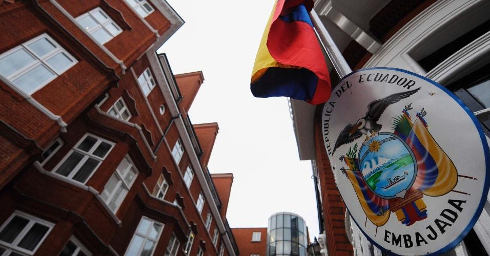 14.ago.2012 - Bandeira do Equador é vista na frente da Embaixada do país em Londres. O presidente equatoriano, Rafael Correa, disse que nesta semana pode dar uma resposta ao pedido de asilo formulado pelo australiano Julian Assange, fundador do site WikiLeaks