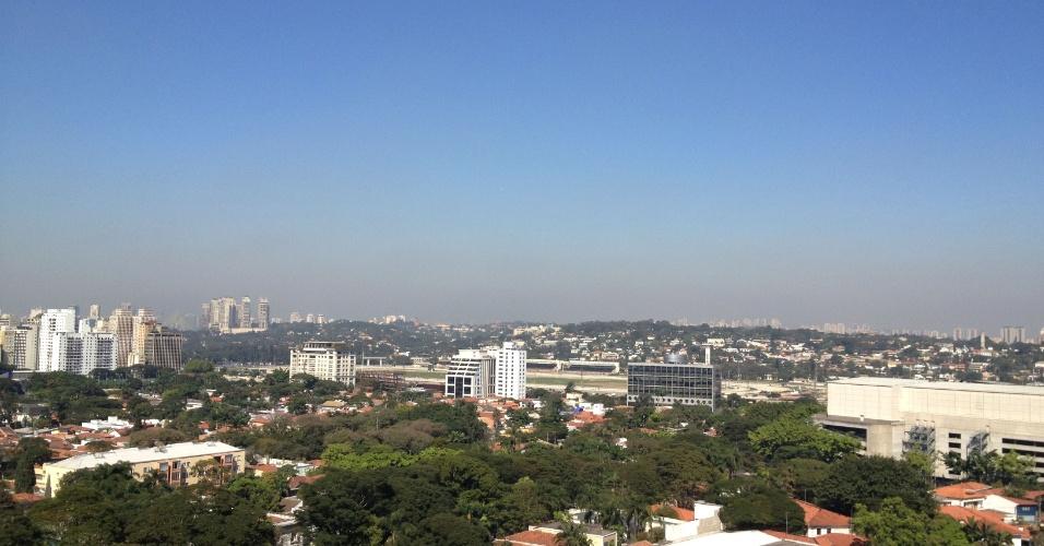 14.ago.2012 - Camada de poluição é registrada em foto tirada nesta terça-feira (14) na região da avenida Brigadeiro Faria Lima, em São Paulo. A cidade está há 27 dias sem chuva e entrou nesta segunda-feira em estado de atenção pela baixa umidade do ar (27%), segundo o Instituto Nacional de Meteorologia (Inmet)