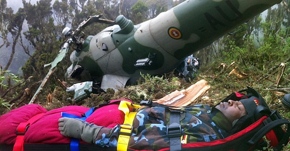 14.ago.2012 - Chris Kasaija, piloto da Força Aérea de Uganda, é atendido após ser encontrado pelas equipes de resgate em uma área montanhosa de Nanyuki, no Quênia. O helicóptero e o piloto foram encontrados nesta terça-feira (14), dois dias depois de cair