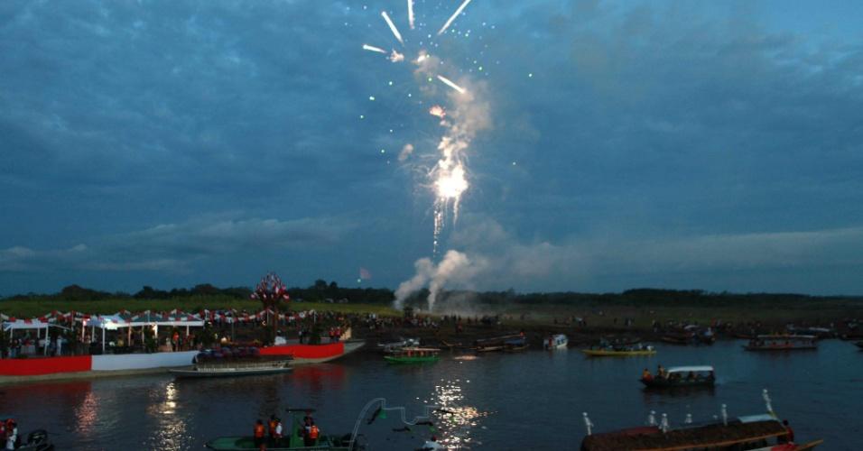 14.ago.2012 - Embarcações, em Iquitos (Peru), participam de comemoração, nesta segunda-feira (13), após o Rio Amazonas ser escolhido como uma das sete maravilhas naturais do mundo. A festa aconteceu no Peru porque foi o governo da região de Loreto quem promoveu a candidatura