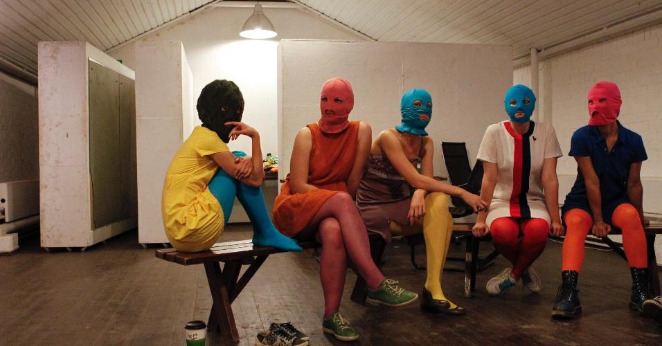 """14.ago.2012 - Integrantes do grupo punk Pussy Riot esperam para serem entrevistadas em Moscou, na Rússia. Na sexta-feira será anunciado o veredicto de três integrantes devido a um protesto realizado em uma igreja, quando cantaram uma música intitulada """"Virgem Maria, libertai-nos de Putin"""""""