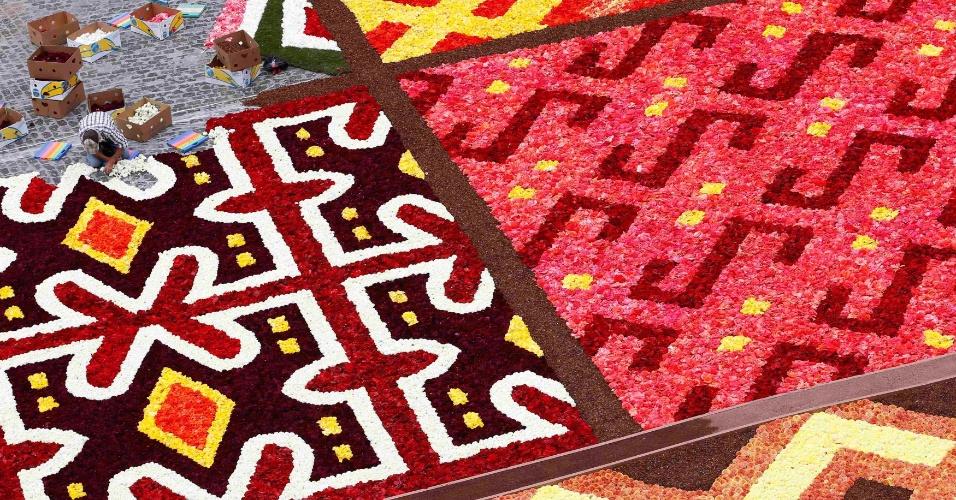 14.ago.2012 - Jardineiro trabalha em um tapete gigante de flores em frente ao Grande Palácio de Bruxelas, na Bélgicas. O desenho requere cerca de 700 mil flores, segundo os organizadores do evento
