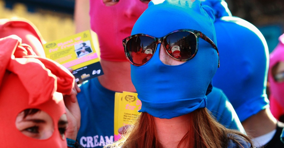 14.ago.2012 - Manifestantes da Anistia Internacional fazem protesto em apoio ao grupo punk russo Pussy Riot, em Edimburgo, na Escócia