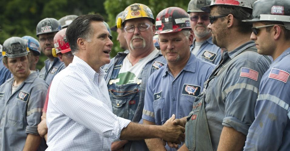 14.ago.2012 - Mitt Romney, candidato republicano às presidenciais americanas, cumprimenta mineiros de carvão durante evento de campanha em Beallsville, no Estado de Ohio, nos EUA