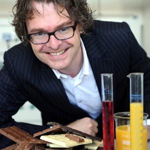 O pesquisador Stefan Bon, da Universidade de Warwick, e os chocolates que desenvolveu - Divulgação/Universidade de Warwick