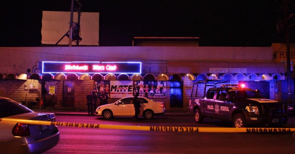14.ago.2012 - Policiais cercam local homens armados mataram ao menos oito pessoas, na noite desta segunda-feira (13), em Monterrey, no México. A imprensa local disse que outras duas pessoas ficaram feridas