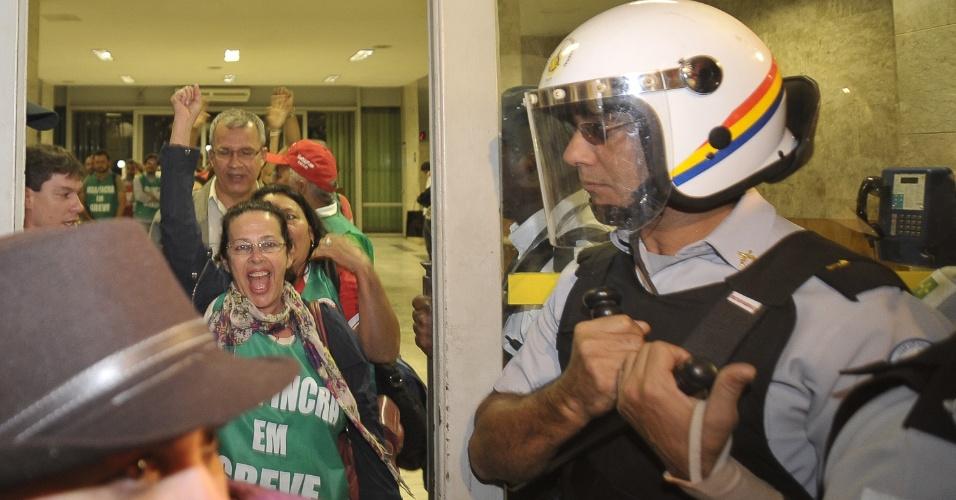 14.ago.2012 - Servidores públicos federais em greve deixam as dependências do Ministério do Planejamento após reunião na noite desta terça-feira (14)