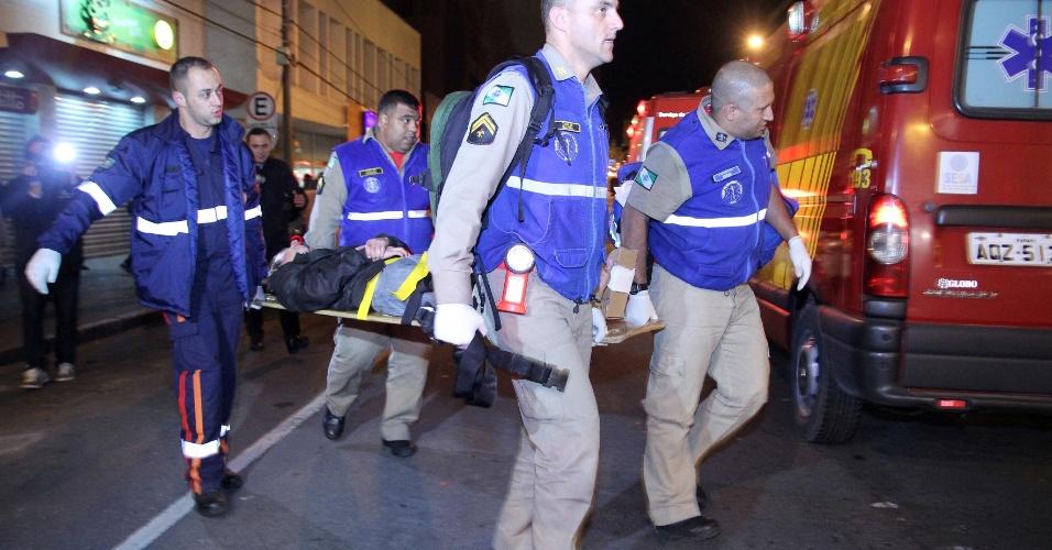 14.ago.2012 -  Três pessoas ficaram feridas na noite de segunda-feira (13), quando um homem invadiu um bar na região central de Curitiba (PR) e efetuou vários disparos, em frente à praça Carlos Gomes. De acordo com testemunhas, o homem entrou no estabelecimento com sinais de transtorno e começou a atirar. Duas pessoas foram baleadas nas pernas, e outra foi agredida com coronhadas na cabeça. O atirador fugiu e ainda não foi localizado