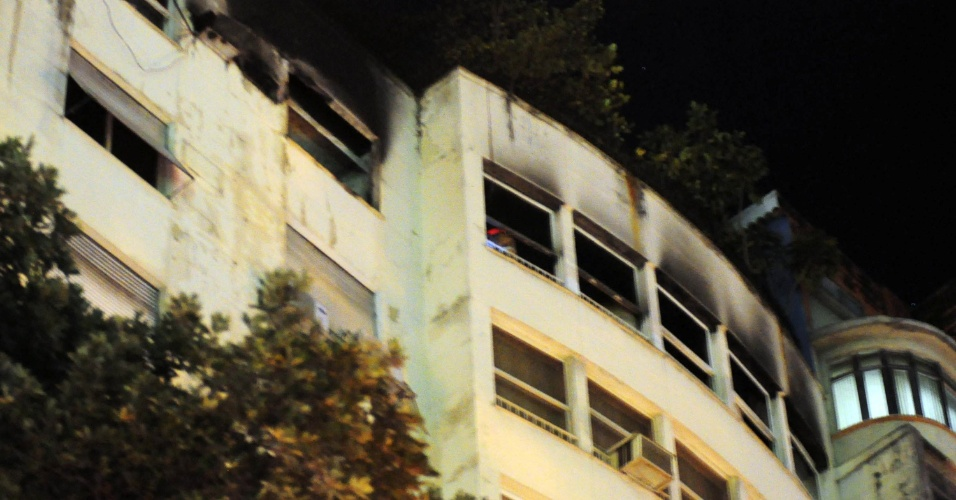 14.ago.2012 - Um incêndio atingiu dois edifícios localizados na rua Barata Ribeiro, em Copacabana, na zona sul do Rio de Janeiro, na noite desta segunda-feira (13). Os bombeiros precisaram interditar a rua, e o trânsito foi desviado para a rua Toneleiro. Não há informações sobre vítimas