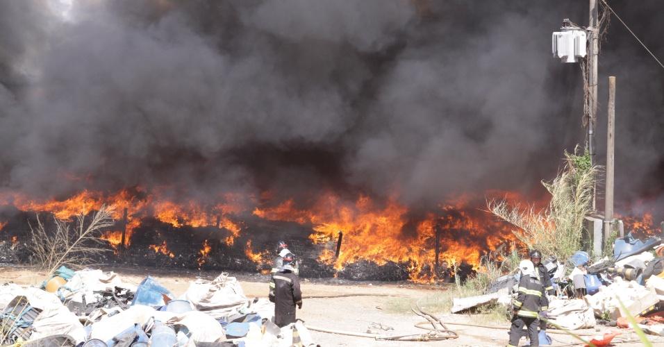 14.ago.2012 - Um incêndio atingiu um depósito de recicláveis no Jardim São José, em Campinas (SP), na manhã desta terça-feira (14). Não houve vítimas