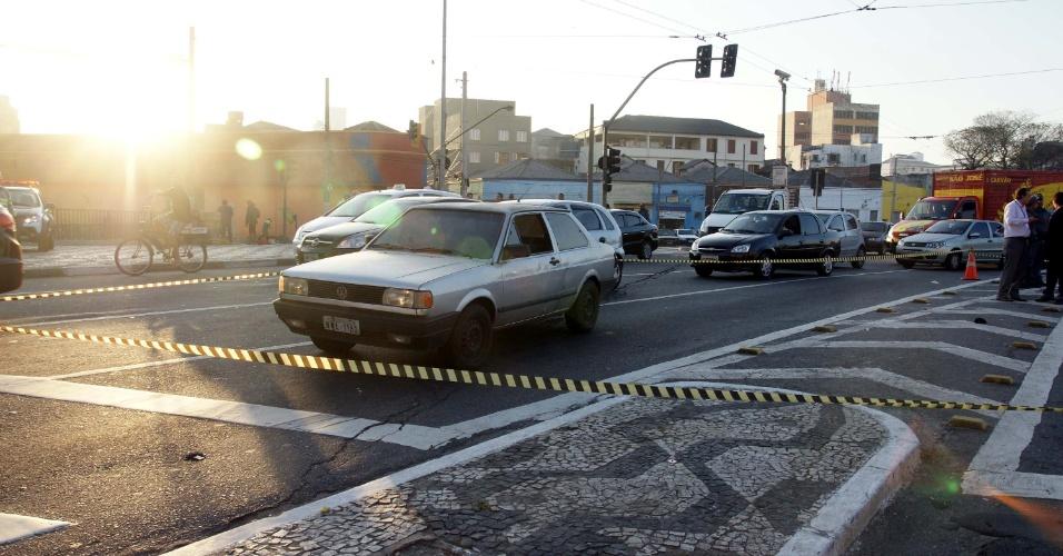 14.ago.2012 - Um policial militar ficou ferido depois de reagir a uma tentativa de assalto, no cruzamento da Rua Mercúrio com a Avenida do Estado, no centro de São Paulo, na manhã desta terça-feira (14). O suspeito foi socorrido, mas não resistiu aos ferimentos. A PM não informou o estado de saúde do policial