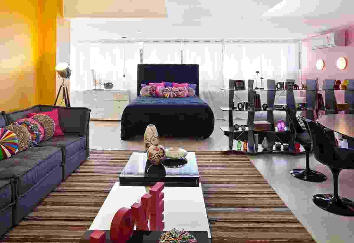 Apartamento da Artista projetado por Juliane Moi para a 6ª edição da Morar Mais, em Brasília (14/08 a 23/09/2012): almofadas, paredes e alguns objetos concentram especialmente rosas e amarelos - Haruo Mikami/ Divulgação