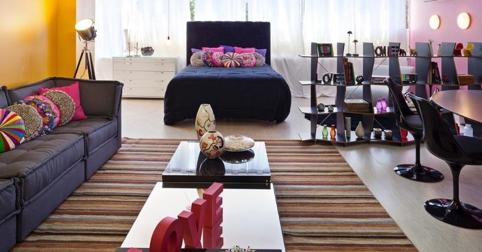 Apartamento da Artista projetado por Juliane Moi para a 6ª edição da Morar Mais, em Brasília (14/08 a 23/09/2012): almofadas, paredes e alguns objetos concentram especialmente rosas e amarelos