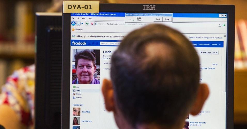 Biblioteca Pública de Nova York promove aulas para ensinar idosos a utilizarem o Facebook. Alguns dos participantes, na casa dos 90 anos, aprendem a ações simples como adicionar amigos na rede social. Ao todo, 87 bibliotecas públicas da cidade dão treinamento gratuito para idosos que se interessam em a usar o Facebook