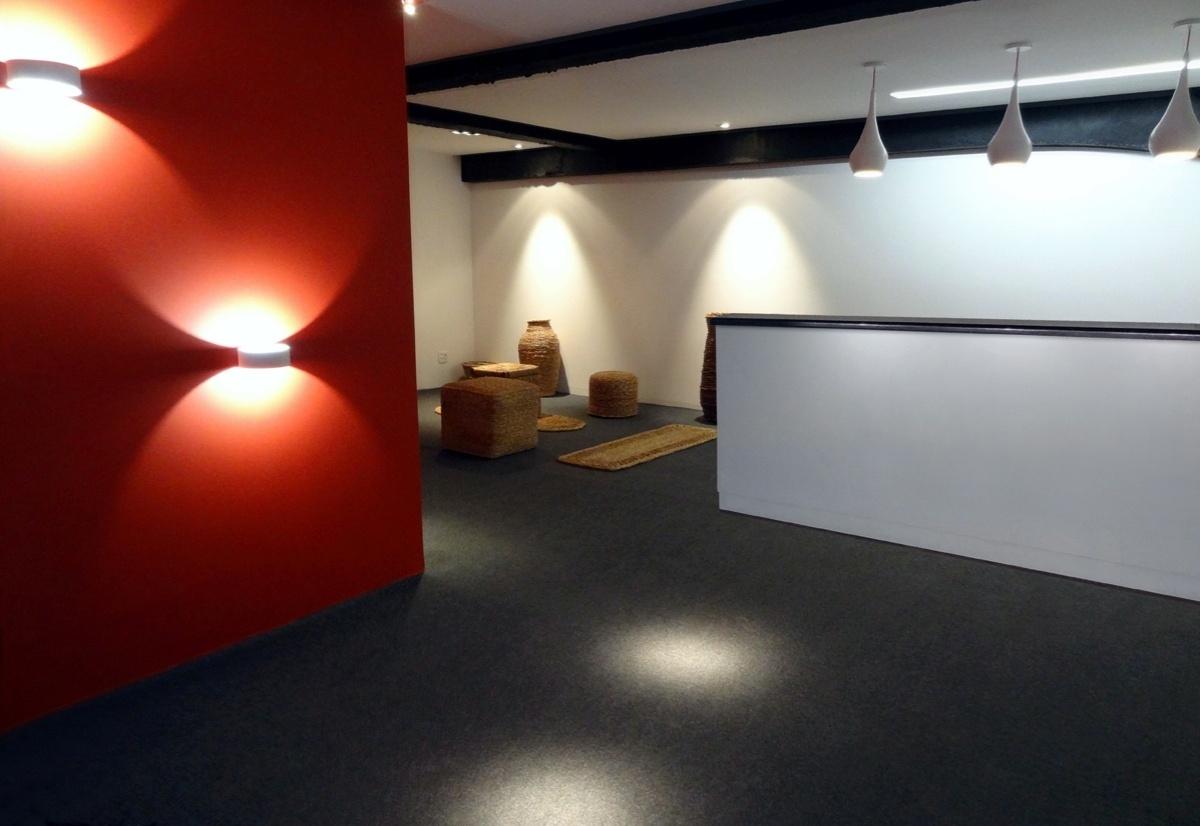Bilheteria criada por Marconi Maia para a 6ª edição da Morar Mais, em Brasília (14/08 a 23/09/2012): a parede vermelha ganhou destaque pelas arandelas que direcionam e distribuem a luz