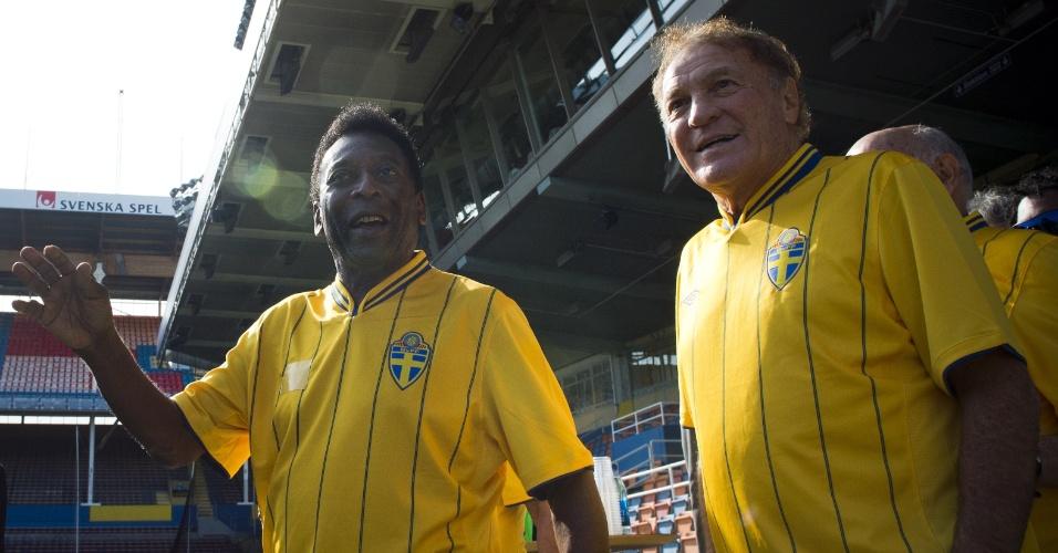 Com o uniforme da Suécia, Pelé e Mazzola, campeões do mundo em 1958, retornam estádio Rasunda, palco da final entre Brasil e Suécia