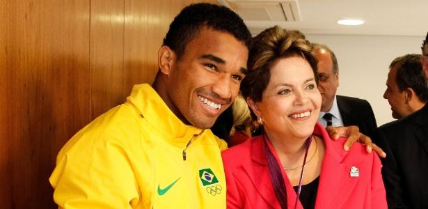 Esquiva Falcão, medalha de prata nos Jogos de Londres, posa ao lado da presidente Dilma Rousseff
