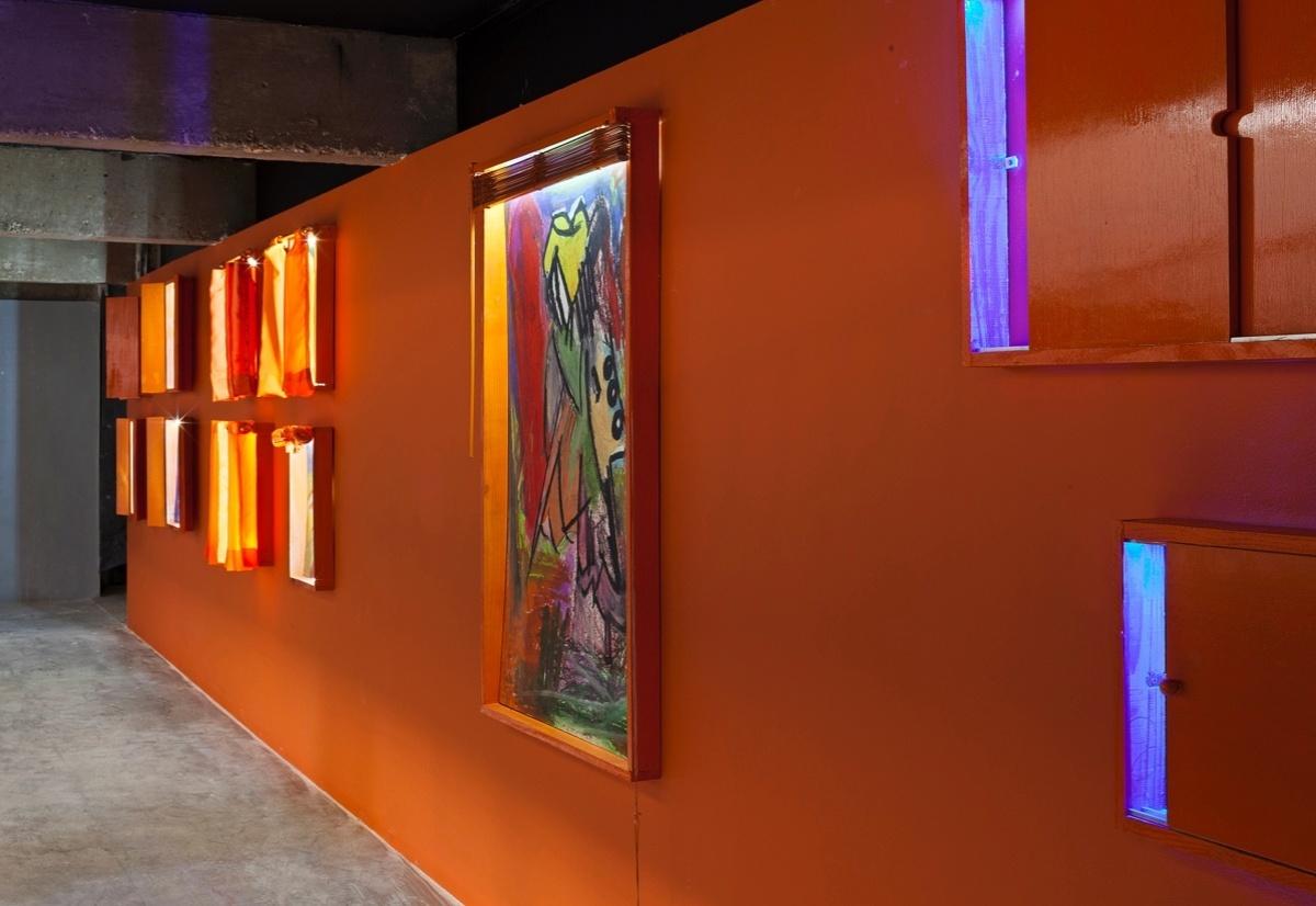 Galeria de Arte criada por Daniela Ibanhez para a 6ª edição da Morar Mais, em Brasília (14/08 a 23/09/2012): paredes recobertas de tinta laranja como base para as obras de arte