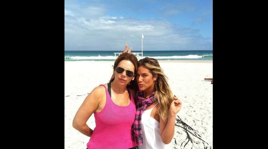 Giovanna Ewbank teve a companhia da mãe, Débora Ewbank, durante o trabalho (14/8/12)