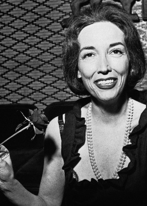 "Helen Gurley Brown, editora-chefe da revista americana ""Cosmopolitan"", em foto de 1964 - AP"